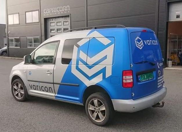Bildekor med logo og firmanavn på firmabil