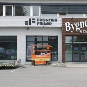 Fasadeskilt til Frontier Frisør