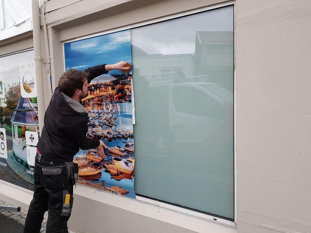 Montering av vindusdekor for Elon