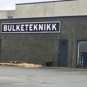 Fasadeskilt produsert for Bulketeknikk